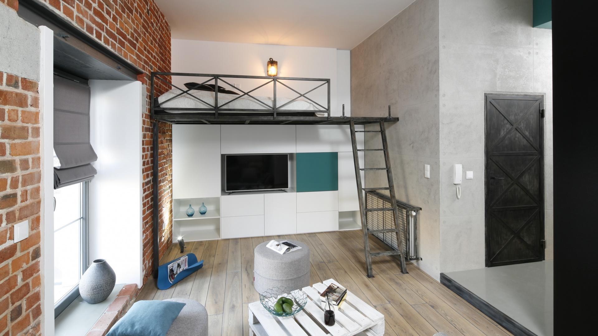 salon z antresol projekt 9 pomys w na aran acj trudnego salonu. Black Bedroom Furniture Sets. Home Design Ideas