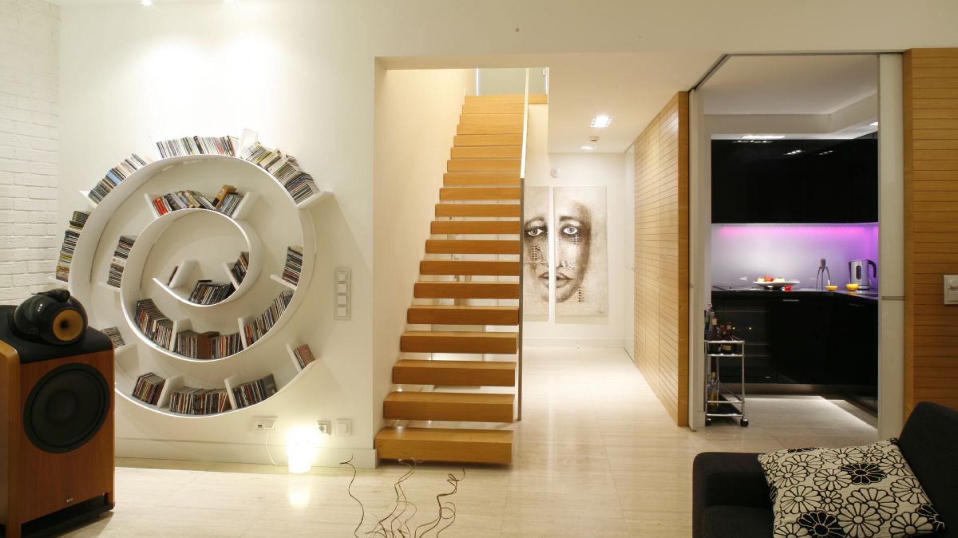 Schody jednobiegowe zbudowane z drewnianych modułów są tu wyjątkową ozdobą salonu. Projekt: Alina Grzybowska, Konstanty Jeżewski, Fot. Bartosz Jarosz