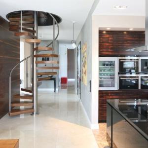 Gdy nie dysponujemy obszernym wnętrzem, jak znalazł są schody spiralne, których średnica wynosi zazwyczaj ok. 2 m. Projekt: Katarzyna Koszałka, Fot. Bartosz Jarosz