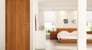 Jeśli mamy w swoim mieszkaniu pomieszczenia, które wymagają konkretnej ochrony przeciwpożarowej lub zabezpieczenia przed włamaniem, wówczas z pomocą przychodzą nam drzwi do zadań specjalnych.