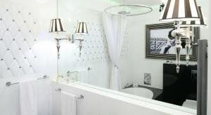 Remont łazienki to karkołomne przedsięwzięcie. Jeśli jednak wybierzemy dobry projekt i przygotujemy się do robót budowlanych, wszystko przebiegnie bez kłopotu. Przedstawiamy kilka najpopularniejszych faktów i mitów dotyczących remontu łazienki
