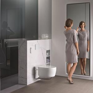 Toaleta myjąca AquaClean MERA z technologią WhirlSpray: oddzielny natrysk do higieny intymnej dla kobiet z łagodnym strumieniem wody. Funkcja rozpoznawania użytkownika. Technologia TurboFlush zapewnia ciche i dokładne spłukiwanie bezkołnierzowej miski. Ok. 17.000 zł. Fot. Geberit