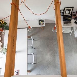 Strefa dzienna jest przestronna i jasna - to zarówno zasługa drzwi tarasowych o dużej powierzchni, jak i tylko częściowego przykrycia jej stropem. Fot. Bautech Futura