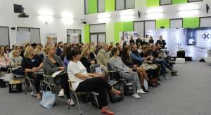 20 września Studio Dobrych Rozwiązań zaprosiło architektów do Szczecina. Ponad 100 zgromadzonych osób przysłuchiwało się prelekcjom na temat najnowszych trendów w wyposażaniu wnętrz. Gościem specjalnym spotkania był Robert Konieczny.