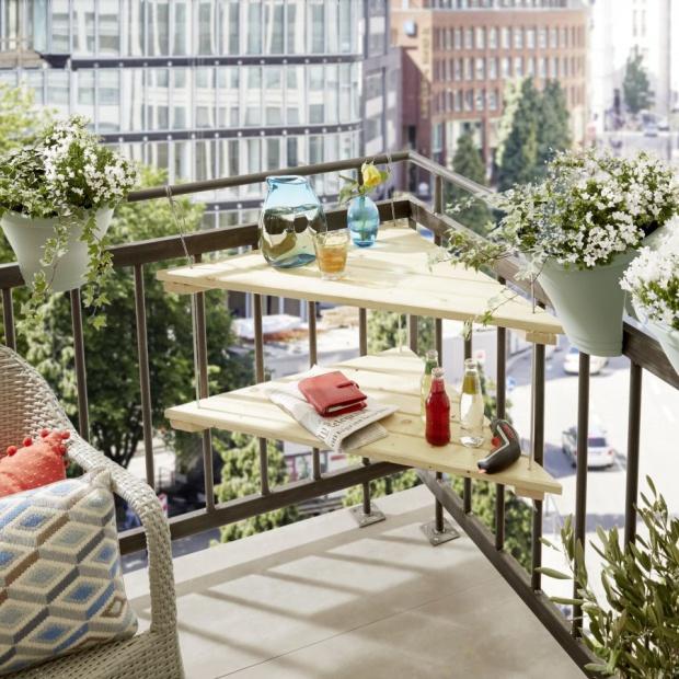 Wiszący narożny stolik balkonowy – zrób to sam