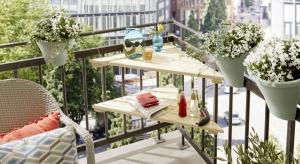 Dzięki pomysłowemupraktycznemu stolikowi, nawet na małym balkonie lub w loggii zyskasz dodatkową powierzchnię, na której możesz postawić filiżankę, położyć okulary czy ulubioną powieść.
