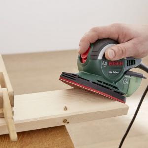 Jedną z desek potnij na 6 coraz mniejszych kawałków (90 cm, 80 cm, 60 cm, 40 cm, 20 cm i 10 cm) i ułóż je tak, aby przypominały trójkąt. Zanim przystąpisz do skręcania elementów, starannie oszlifuj wszystkie krawędzie ciętych elementów. Fot. Bosch
