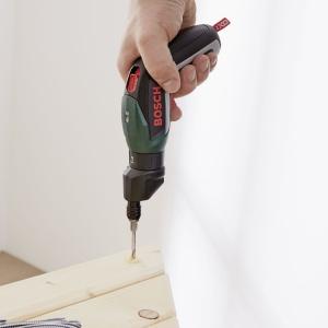 Zamocuj przycięte deski blatu do wsporników stabilizujących. Fot. Bosch