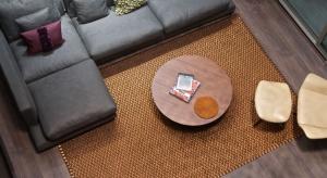 Ręcznie tkane dywany marki Verdi to jesienna nowość w ofercie Galerii Ekskluzywnych Mebli Heban. Naturalna przędza z kolumbijskiej rośliny Fique przeplatana jest metalowymi nićmi, co daje luksusowy, mieniący się w świetle splot. Kolekcja składa