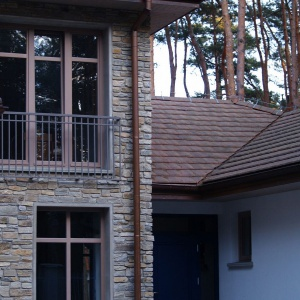 Gnejs karpacki posłużył do wykończenia elewacji domu piętrowego. Fot. S&O Projekty Sylwii Strzeleckiej
