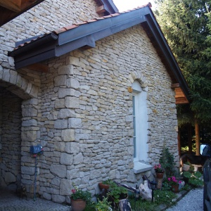 Warto wykorzystywać kamienie pochodzące z rodzimych kopalni. W prezentowanym domu  zastosowano wapień świętokrzyski. Fot. S&O Projekty Sylwii Strzeleckiej