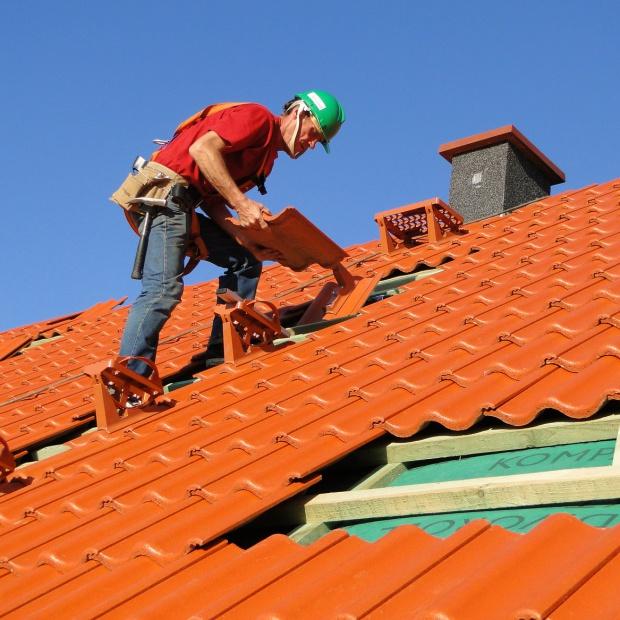 Budowa lub remont dachu? Jak wybrać fachowego dekarza