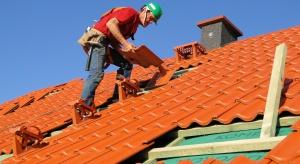 Budując lub remontując dach, inwestor powinien pamiętać o kilku niezbędnych krokach, które pomogą wybrać fachowego dekarza. Dobry dekarz to gwarancja prawidłowo funkcjonującego systemu dachowego. Zły – problemów i dodatkowych kosztów.<br