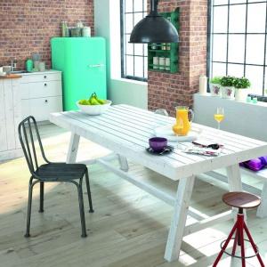 Połączenie cegły z drewnem jest przeważnie spotykane w projektach utrzymanych w stylu rustykalnym. Tu dzięki zastosowaniu bielonego, nieco surowego drewna i stylizowanych sprzętów AGD, wnętrze zyskuje nowoczesny charakter. Fot. CRH Klinkier