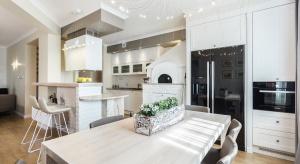 Biały stół nada lekkości i elegancji każdemu wnętrzu, ale czy nadaje się do każdejkuchni?