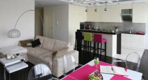 Kuchnia połączona z salonem to idealnemiejsce na domową prywatkę. Przedstawiamy nasze propozycje na aranżacje.