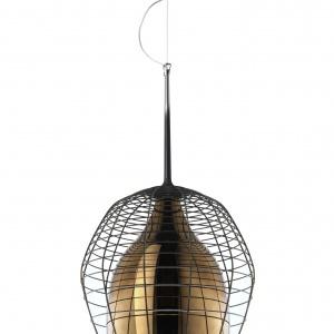 Model CAGE z unikalnej kolekcji Successful Living from Diesel with Foscarini inspirowany górniczymi lampami, zawdzięcza swój unikatowy charakter połączeniu ręcznie wykonanej, metalowej klatki z błyszczącą powierzchnią szklanego klosza. Fot. Diesel/ Fooscarini
