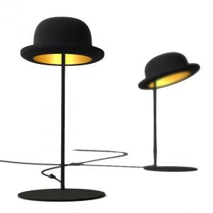 Niepowtarzalne wzornictwo prosto z Londynu. Designerska lampa stojąca JEEVES z kloszem w kształcie czarnego melonika wykonanym z filcu, spod którego sączy się ciepłe, jasne światło. Fot. Innermost