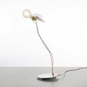 Kultowy model lampy LUCELLINO z 1992 roku, znany na całym świecie dzięki białym skrzydełkom, w najnowszej wersji LED oferuje nowoczesne źródło światła: żarówkę specjalnie na potrzeby tego modelu stworzyła japońska firma Toshiba Materials. Fot. Ingo Maurer