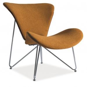 Efektowną formę fotela REST podkreśla musztardowy kolor tkaniny obiciowej; wsparty na chromowanym stelażu. 706 zł. Fot. Signal