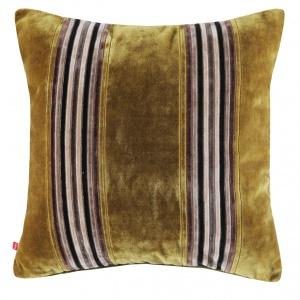 Stylowa TILES w kolorze zielonym z efektowna aplikacją będzie prezentować się świetnie nie tylko na skórzanym fotelu. 45x45 cm. 39 zł. Fot. Home&You