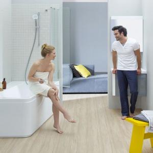 Elementy KONCEPTU 10° zostały pochylone lub obrócone, aby ułatwić korzystanie z łazienki. Wanna oferuje więcej przestrzeni do odkładania kosmetyków, a ergonomicznie nachylone baterie kierują strumień wprost na dłonie. Od 1.845 zł/wanna, od 1.009 zł/szafka. Fot. Ravak