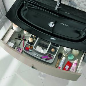 Cechą charakterystyczną mebli ROUND są subtelne zaokrąglenia. Górna szuflada wyposażona w praktyczny, wodoodporny organizer na akcesoria łazienkowe, który ułatwia codzienną toaletę i zapewnia utrzymanie porządku. 2.605 zł (szafka 80 cm z umywalką szklaną Leo). Fot. Elita