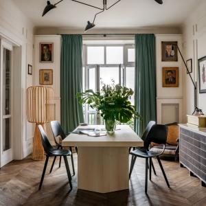 Inwestor chciał, aby warszawskie mieszkanie przypominało atmosferą Paryż> Jednak, oprócz francuskiego, w mieszkaniu znalazły się także akcenty afrykańskie i góralskie, które wbrew pozorom świetnie ze sobą współgrają. Projekt: Marta Chrapka, Zdjęcia: Rafał Lipski