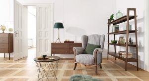Miejsca do przechowywania w domu nigdy nie jest za wiele. Dzięki tym półkom i regałom uporządkujesz wszystkie swoje rzeczy, a salon nabierze ciekawego klimatu.