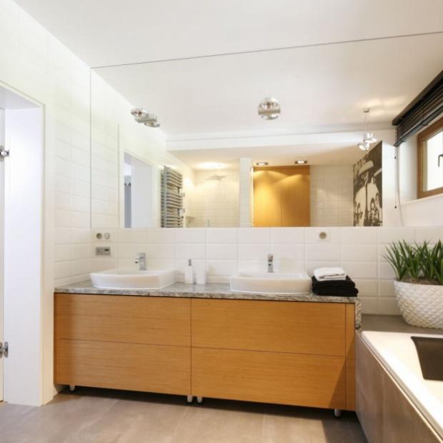 Gotowy projekt jasnej łazienki ocieplonej drewnem