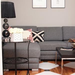 W salonie pojawiło się jeszcze kilka dodatków zgranych z wnętrzem – mały stolik, kontrastujący fotel i nadające przytulności tkaniny. Fot. blog Pani to potrafi