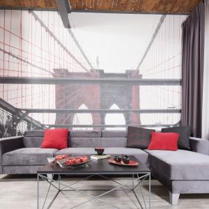 Fototapeta z motywem mostu Brooklińskiego umieszczona w salonie dodała wnętrzu głębi. Projekt: Małgorzata Chabzda. Fot. Bartosz Jarosz