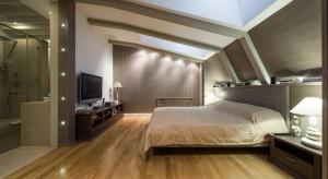 Poddasze to miejsce, które dzięki kreatywnym rozwiązaniom architektonicznym oraz dekoratorskim może zamienić się w bardzo przytulną, a także funkcjonalną i komfortową przestrzeń.