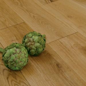 Urządzamy poddasze - postaw na urok drewnianej podłogi: Deska Lita dąb Country. Fot. Kaczkan
