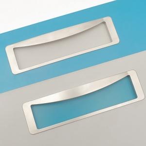 Nowym ciekawym pomysłem firmy KAM są kolorowe wkładki pod uchwytem wpuszczanym, które ożywią jednokolorowe fronty meblowe. Fot. KAM