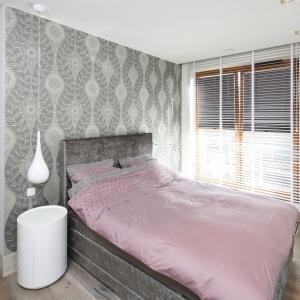 Tapeta na ścianie za łóżkiem stanowi jedyny dekracyjny element wnetrza. Projekt: Agnieszka Ludwinowska. Fot. Bartosz Jarosz