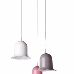 Niezwykłą lampę Lolita (proj. Nika Zupanc) w kształcie dzwonka z subtelnym, przypominającym koronkę wykończeniem krawędzi klosza można wybrać w kolorze białym, szarym, różowym lub czarnym; średnica 37 cm. 2.345 zł. Fot. Moooi