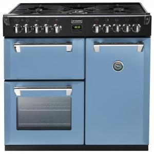 Wielofunkcyjna kuchenka gazowo-elektryczna RICHMOND 90 ma sześć palników i dodatkowy na wok, trzy piekarniki: wielofunkcyjny, z termoobiegiem oraz konwencjonalny z opcją grilla; zewnętrzny czujnik temperatury stanowi ciekawy retro akcent. Od 12.099 zł. Fot. Stoves,