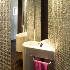 Stosując wyrazistą mozaikę warto wykonać ją na wybranej ścianie łazienki lub jej fragmencie. Projekt: Małgorzata Szajbel-Żukowska, Fot. Bartosz Jarosz