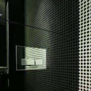 Mozaika z bliska ma nieregularną strukturę, przez co zyskujemy ciekawy efekt optyczny. Projekt: Katarzyna Kiełek, Fot. Bartosz Jarosz