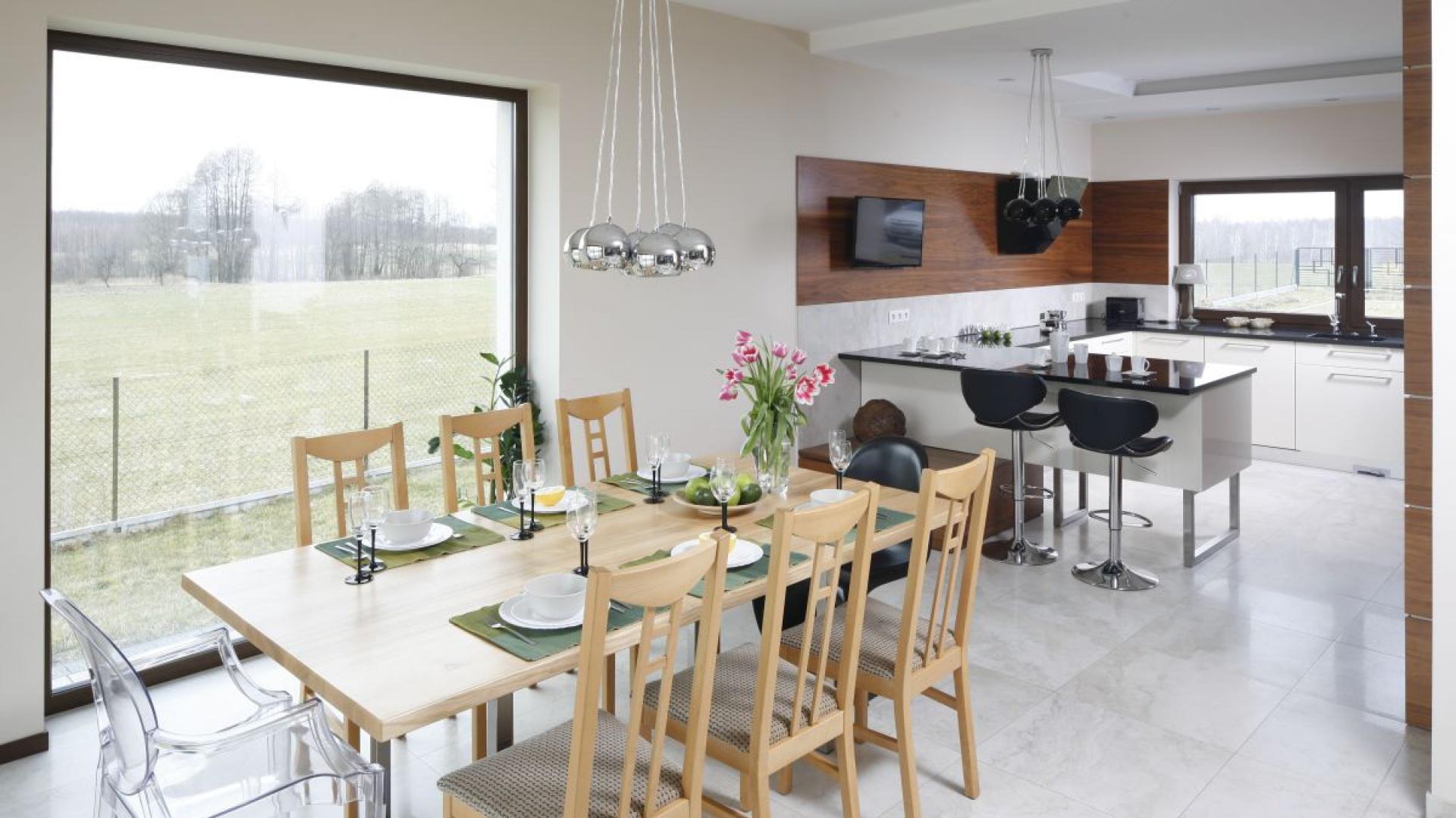 Kuchnia otwarta na jadalnię i salon to jedno z najczęściej stosowanych rozwiązań w polskich domach. Projekt: Piotr Stanisz, Fot. Bartosz Jarosz