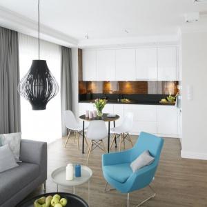 Naturalnym rozwiązaniem, które powiększyło przestrzeń małego mieszkania było połączenie kuchni z salonem i jadalnią. Projekt: Małgorzata Galewska, Fot. Bartosz Jarosz