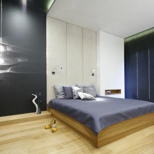 Także w strefie prywatnej postawiono na minimalizm wyrażony w barwach czerni, bieli i szarości, subtelnie ogrzany fornirem jasnego dębu. Fot. Bartosz Jarosz