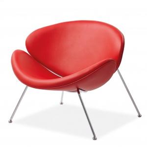 Fotel MAJOR wiedzie prym w każdym salonie: ma mocny charakter, odważny czerwony kolor i wyróżnia się sylwetką; z ekoskóry, na chromowanym stelażu. 663 zł. Fot. Signal