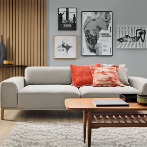 Tkaniny obiciowe ARIA NEW z linii Magic Home mają elegancką garniturową, strukturę: klasyczną z ukośnym prążkiem lub innowacyjną z efektem splotu 3D. Odporne na wybarwienia i mechacenie, łatwe w czyszczeniu. Fargotex