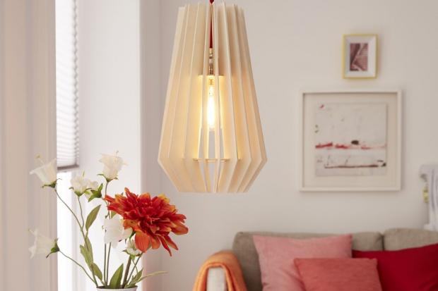 Stylowa lampa z drewna. Możesz zrobić ją sam