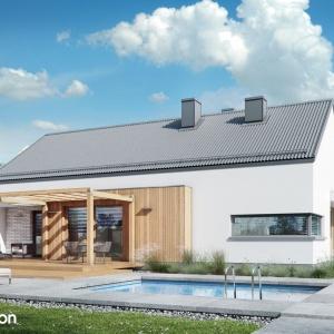 Dom pod świerkiem 2 – projekt nowoczesnego i taniego w budowie domu parterowego. Uwagę zwraca dwuspadowy dach bez okapów. Projekt: Archon+.