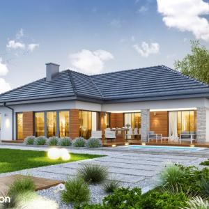 Dom w araukariach (G2) - projekt domu parterowego z czterospadowym dachem i garażem dwustanowiskowym. Prostą bryłę zdobią drewniane i kamienne okładziny, które sprawiają, że dom harmonijnie koresponduje z zielenią ogrodu. Projekt: Archon+.