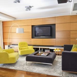Wzrok przyciągają żółte fotele, ciekawie kontrastujące z odświeżonym antracytowym obiciem wypoczynku i pufa pełniącego rolę stolika kawowego. Fot. Mariusz Purta/P2 FOTO