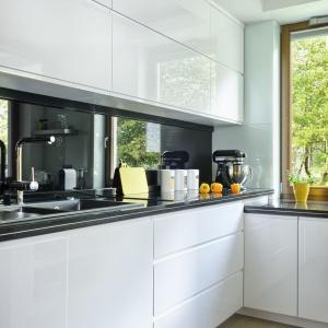 Sąsiadujący z oknem w kuchni stolik z wnęką donice zapewnia bezpośredni dostęp do domowego zielnika na balkonie. Fot. Mariusz Purta/P2 FOTO